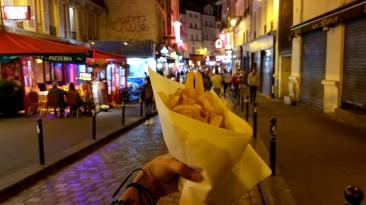 my favourite thing to do in the evening: walk to latin quarter, order the freshest and most delish fries from any greek place for two euros, walk and eat, walk and eat...